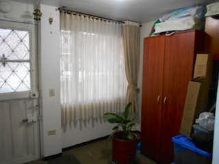 Un cuarto de baño con una cortina de ducha y una cortina en Conjunto Talavera