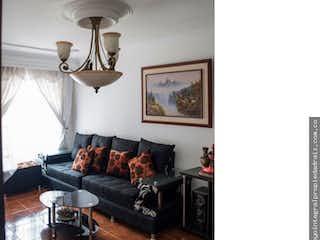 Una sala de estar llena de muebles y una lámpara en No aplica