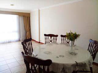 Una sala de estar llena de muebles y una gran ventana en Las Fuentes de Santa Barbara