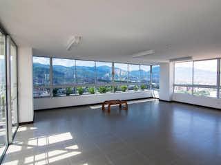 Una gran sala de estar con un gran ventanal en -