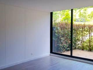 Una ventana en una habitación con una ventana en -
