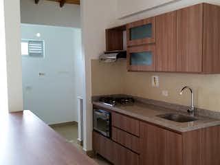 Una cocina con una estufa de fregadero y nevera en  PIETRASANTA