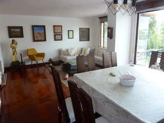 Una sala de estar llena de muebles y una mesa en Apartamento en Chico Navarra, Santa Barbara - 180mt, duplex, tres alcobas