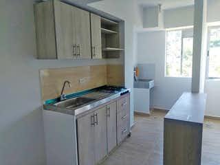 Una cocina con un fregadero, una estufa y una ventana en Territorio Verde