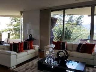 Una sala de estar llena de muebles y una ventana en Apartamento en Colinas de Suba, Niza - 273mt, tres alcobas, balcón