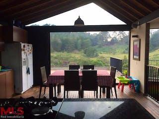 Una vista de un patio con una mesa y sillas en No aplica