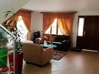 Una sala de estar llena de muebles y una ventana en San Bartolo