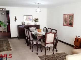Una sala de estar llena de muebles y una mesa en Ipacarai