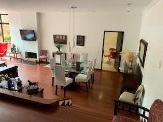 Una sala de estar llena de muebles y un suelo de madera en Edificio la Fuente