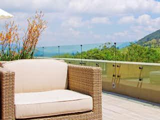 Una sala de estar con un sofá y sillas en Macadamia del Río