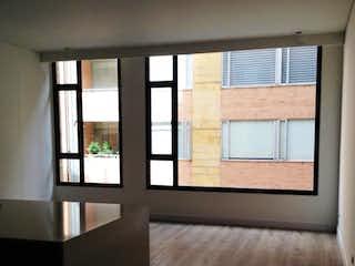 Una ventana grande en una habitación con una ventana en -