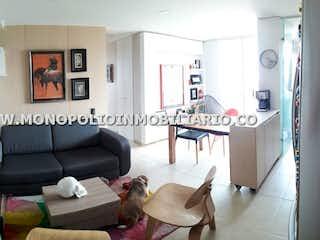 Una sala de estar llena de muebles y una ventana en ENTRE HOJAS 2803