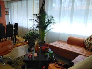 Una sala de estar llena de muebles y una planta en maceta en  Edificio Atlantis