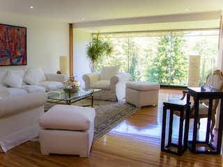 Una sala de estar llena de muebles y una gran ventana en Casa en venta Lomas de Chapultepec, Miguel Hidalgo.