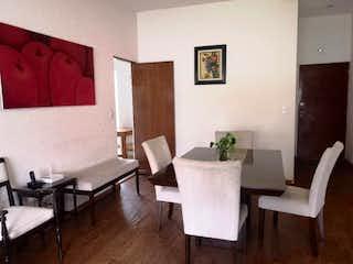 Una sala de estar llena de muebles y una mesa en Departamento en venta en Fuente de Tepepan de dos recamaras