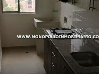 Una foto en blanco y negro de un baño en SAN CAYETANO 604