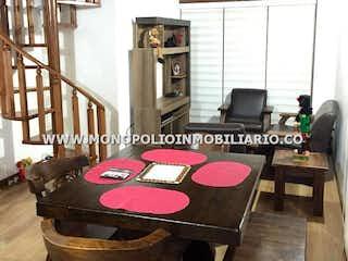 Una sala de estar llena de muebles y una chimenea en BOSQUES DE OKAVANGO 401