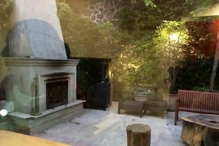 Casa en venta en Bosques de las Lomas de 750 mt2. con chimenea y jardin.