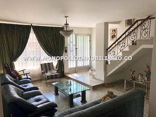 Una sala de estar llena de muebles y una gran ventana en CASA BIFAMILIAR EN VENTA - LOS COLORES COD: 12918