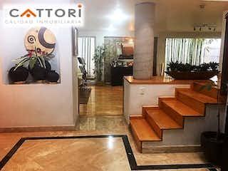 Una sala de estar llena de muebles de madera y una ventana en Casa en venta en San Jerónimo Aculco de 309mts, tres niveles