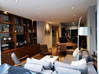 Una sala de estar llena de muebles y una televisión de pantalla plana en Departamento en venta en Bosque de las Lomas de 260 mt2.