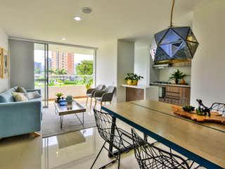 Una sala de estar llena de muebles y una gran ventana en Monte Río