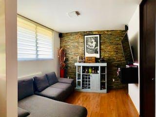 Una sala de estar llena de muebles y una televisión de pantalla plana en Casa en venta en Barrio San Francisco, La Magdalena Contreras 3 recámaras