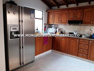 Una cocina con nevera y fregadero en APARTAMENTO EN VENTA - BELEN ROSALES COD: 11769