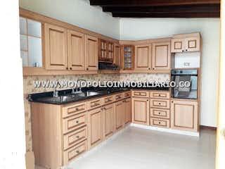 Una cocina con armarios blancos y electrodomésticos negros en CASA BIFAMILIAR EN VENTA - EL ESTADIO COD: 11747
