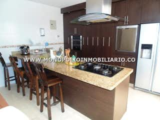 Una cocina con armarios de madera y un horno de cocina en Casa Unifamiliar en venta Los Conquistadores, Laureles- 4 alcobas