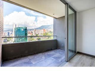 Un cuarto de baño con una puerta de cristal y una ventana en -