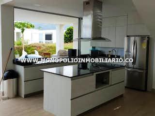Una cocina con una estufa y un fregadero en PARCELACION ALTABRISA 38