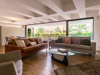 Una sala de estar llena de muebles y una gran ventana en TORRE ALTA