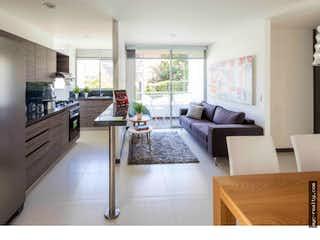 Una sala de estar llena de muebles y una chimenea en Apartamento en venta en  Asdesilla Sabaneta de 2 habitaciones