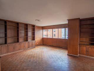 Una habitación que tiene suelos de madera y paredes en Apabi