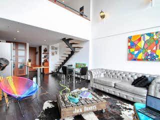 Una sala de estar llena de muebles y una chimenea en Altavista