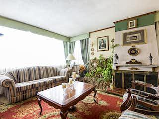 Una sala de estar llena de muebles y una chimenea en Entre Ríos