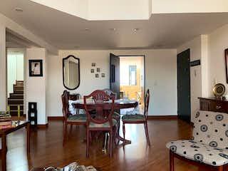 Una sala de estar llena de muebles y un suelo de madera en Santa Clara
