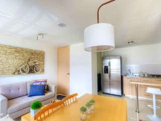 Una sala de estar llena de muebles y una lámpara en Ciudadela Amazonía