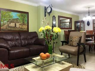Una sala de estar llena de muebles y una gran ventana en Bahía Reims