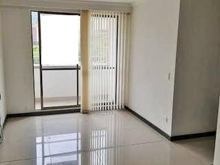 Una cocina con armarios blancos y una ventana en Ceiba del norte