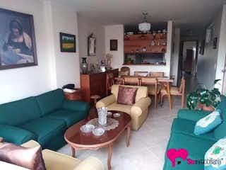 Una sala de estar llena de muebles y una chimenea en Apartamento 72 mts2-Ubicado en Laureles-Lorena,3 Habitaciones.