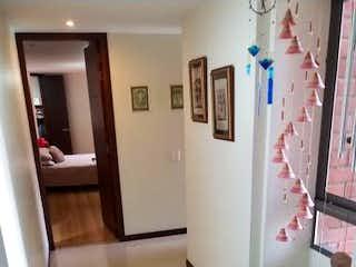 Una cocina con una planta en maceta en el mostrador en Apartamento en La Abadia, Envigado - Tres alcobas