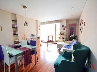 Una sala de estar llena de muebles y una mesa en Iris