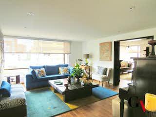 Una sala de estar llena de muebles y una televisión de pantalla plana en serrezuela