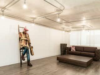 Una sala de estar llena de muebles y un reloj en Apartamento en venta en La Cabrera, 100m²