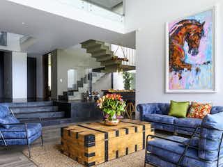 Una sala de estar llena de muebles y una pintura en Bosque Nativo Casa 37