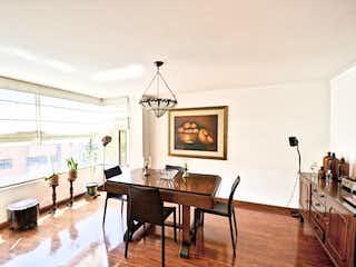 Una sala de estar llena de muebles y una mesa en Andorra