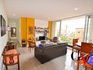 Una sala de estar llena de muebles y una ventana en Apartamento en venta en Chicó Reservado de 2 habitaciones