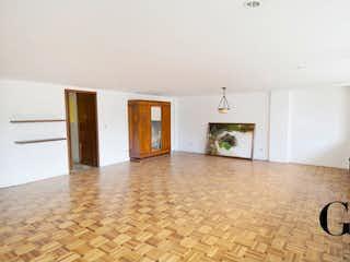 Una vista de una sala de estar con chimenea en Apartamento en venta en Chicó Reservado de 187m²